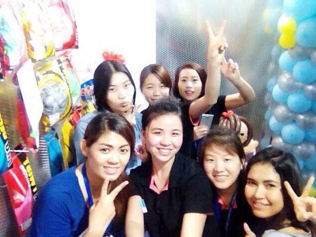 同事们在展会上与泰国友人合影